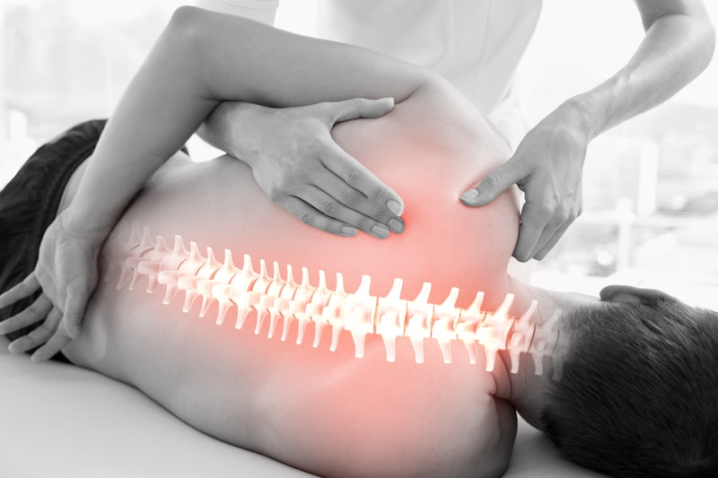 ¿Sabe que esta técnica puede ayudar a aumentar nuestra expectativa de vida? ¿Sabe en qué consiste esta terapia? A lo largo de esta entrada le explicaremos un poco acerca de los beneficios que conlleva y dónde puede encontrar este tipo de terapia física, para que pueda considerarla dentro de sus rutinas de salud. Son muchos los padecimientos o enfermedades que podemos curar a través de la fisioterapia. Esta técnica de curación es un tratamiento recomendado por se altamente eficaz en todo tipo de dolores musculares, reumatológicos, obstétricos, óseos, etcétera. De la misma manera, ayuda a prever enfermedades degenerativas, esta técnica busca aliviar dolencias corporales y se ayuda de otras ramas de la ortopedia y la traumatología para conseguir objetivos en común. Aunque muchos afirman que la fisioterapia no ayuda a curar, lo cierto es que el dolor disminuye a la hora de que nos sometemos a las manos de un fisioterapeuta profesional, cuyo trabajo principalmente consiste en brindarnos curas y acciones preventivas en procesos de rehabilitación y recuperación en los pacientes. A la hora en la que acudimos con un fisioterapeuta, lo que vamos a encontrar es un profesional capacitado en el campo de la salud física, con una rutina de ejercicios encaminados a rehabilitar la o las partes del cuerpo que se encuentren dañadas o en estado atrofiado. Estas rutinas pueden realizarse dentro de la clínica o en casa, dependiendo del caso en el que se encuentre el paciente. La fisioterapia tiene principalmente dos objetivos, el primero de ellos radica, como se ha mencionado a lo largo de esta entrada, en la rehabilitación física; es muy común que los pacientes que han sufrido lesiones en el hombro u otras partes del cuerpo a menudo necesiten de tomar este tipo de terapia para poder recuperar la movilidad en la parte del cuerpo dañada. El segundo objetivo de este tipo de terapia, es para aliviar el dolor producido por la lesión del paciente o bien por una enfermedad crónica que probable